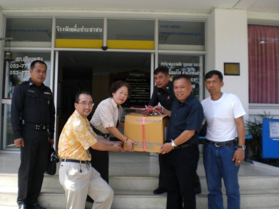 Handing the donation to Mr. Chatarsa, the superintendent of Chiang Saen Police Station.  The box is filled with medicines for North Korean detainees at Chiang Saen Police Station.