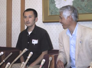 Dozens of journalists and reporters were eager to ask questions at the press conference, which began after 9 PM, soon after Noguchi's plane landed. He is joined by Hiroshi Kato, secretary general of LFNKR.