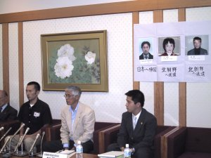 Counselor Yamashita, prominent human rights attorney (right), joined the press conference. Displayed above them are pictures of Noguchi and the two Japan-born North Korean refugees he tried to rescue.