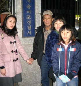 Choi 4 years later, with wife, Bong-soon, and daughters Suji (left) and Son-hee (right).